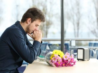 парень с цветами ждет