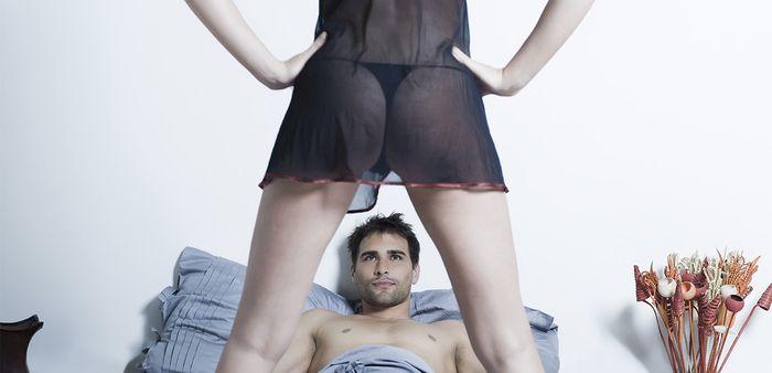 девушка стоит перед парнем